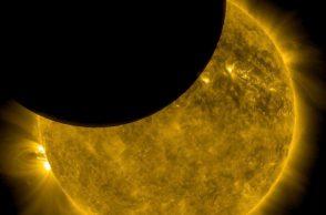 cette-image-datant-du-7-octobre-2010-a-ete-prise-par-l-observatoire-solaire-de-la-nasa-solar-dynamics-observatory-lorsque-la-lune-passait-entre-l-engin-spatial-et-le-soleil